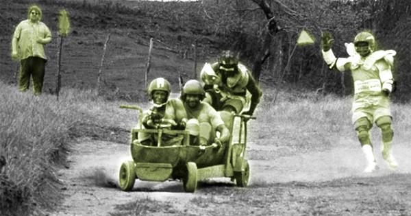 Sanka et ses coéquipiers sur un bobsleigh à roue, une vraie mobilité alternative